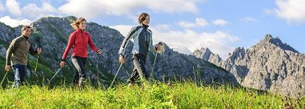 walken in den bergen mit stöcken